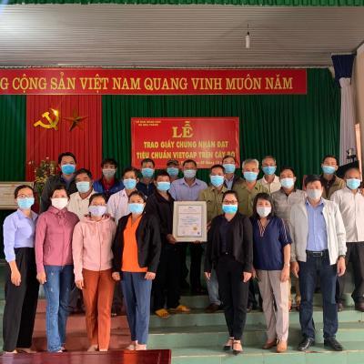 Tổ Chức Chứng Nhận VSCB trao giấy chứng nhận VietGAP cho Tổ hợp tác sản xuất nông nghiệp sạch Hòa Thắng.